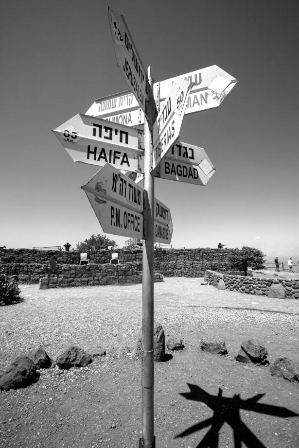 Wegweiser zeigt die Richtung nach Bagdad, Haifa, Jerusalem in Israel, Juli 2017 // Signpost shows directions to Bagdad, Haifa and Jerusalem in Israel, July 2017