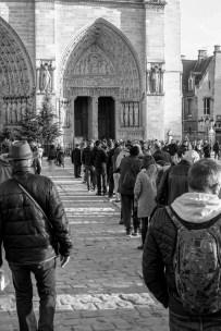 Touristen warten auf Einlass in die Notre Dame in Paris, Frankreich. Dezember 2016 // Line of tourists in front of the Notre Dame Paris, France. December 2016.