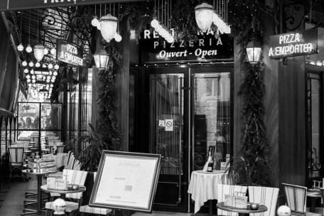 Pizzeria wartet auf Gäste in Paris, Frankreich. Dezember 2016 // Pizzeria is waiting for costumers in Paris, France. December 2016.