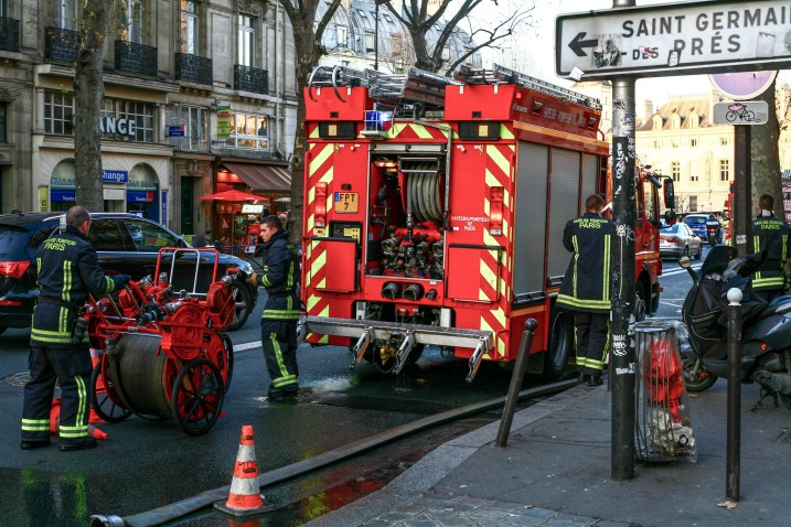 Feuerwehrleute im Einsatz in Paris, Frankreich. Dezember 2016 // Fire fighters in action in Paris, France. December 2016.