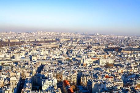 Blick über die Stadt vom Eiffelturm aus in Paris, Frankreich. Dezember 2016 // View on Paris from the Eiffel Tower in Paris, France. December 2016.