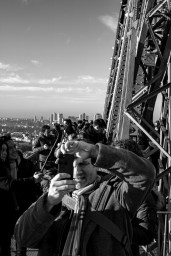 Touristenmassen drängen sich fotografierend auf der Plattform des Eiffelturms in Paris, Frankreich. Dezember 2016 // A mass of tourists pushing through the platforms of the Eiffel tower while making photos and selfies in Paris, France. December 2016.