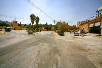 Auf einem Platz in Hebron patrouillieren gepnazerte Militärfahrzeuge. Hebron, Israel/Palästina. Juli 2017 // Tanks and military vehicles on a square in Hebron, Israel/Palestine. July 2017