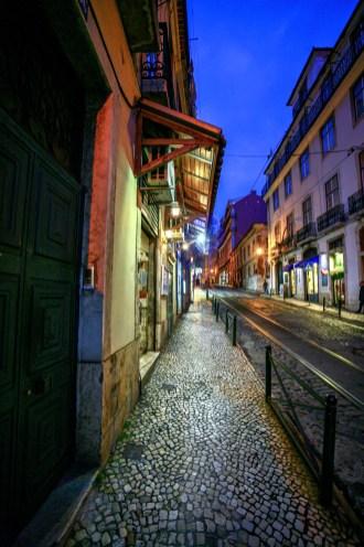 Gasse mit Lokalen und Restaurants bei Nacht in Lissabon, Portugal. Februar 2017 // Alley with Pubs und restaurants at night in Lisbon, Portugal. February 2017