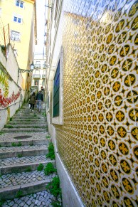 "Typische Fassade aus einem Kachelmosaik ,,Azulejo"" in Lissabon, Portugal. Februar 2017 // Typical house front made of mosaic tiles calles ,,Azulejo"" in Lisbon, Portugal. February 2017"