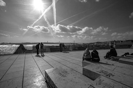 Menschen auf einem Platz genießen den Ausblick auf den Tejo in Lissabon, Portugal. Februar 2017 // People enjoy the view on the Tejo river on a square in Lisbon, Portugal. February 2017