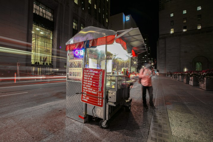 Beleuchteter Hot Dog Imbisstand in der Nacht in Down Town Toronto, Kanada. Mai 2015 // Illuminated Hot Dog stall in the nighttime in Down Town Toronto, Canada. May 2015