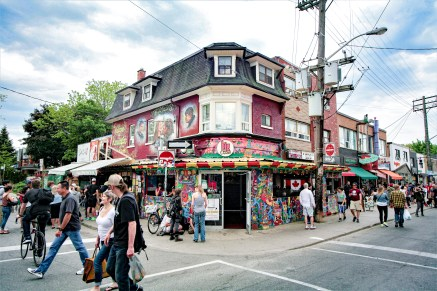 Hoch frequentierter Bereich mit einem bunt bemalten Gebäude in Toronto, Kanada. Mai 2015 // Crowded place with colourful painted buildings and houses Toronto, Canada. May 2015