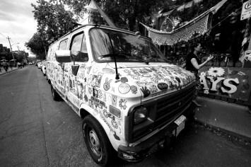 Transporter übersäht mit Aufkleber in Toronto, Kanada. Mai 2015 // Van coverd all over with stickers in Toronto, Canada. May 2015