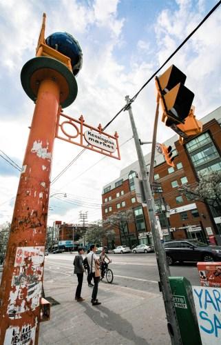 """Ampelanlage und Straßenschild ,,Kensington Market"""" in Toronto, Kanada. Mai 2015 // Traffic lights and street sign ,,Kensigton market"""" in Toronto, Kanada. May 2015"""