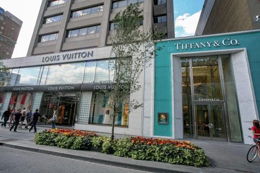 Louis Vuitton und Tiffany Geschäfte in Toronto, Kanada. Juli 2015