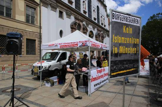 Signature gathering against opening of Islam Center in Munich