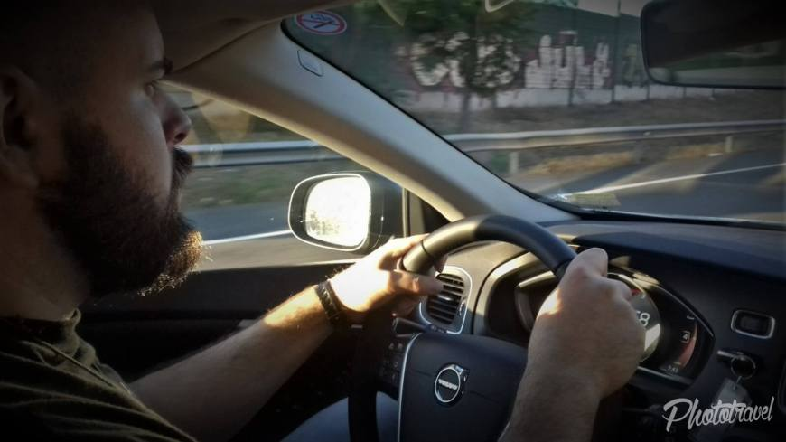 Alquilar un auto. Rentar un coche. Volvo V40