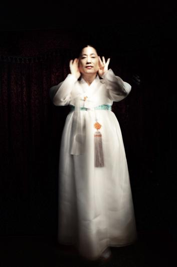 Les Dix Mille Esprits, Portrait d'une femme chamane lors d'un kut (rituel). Séoul, Corée du Sud © Flore-Aël Surun