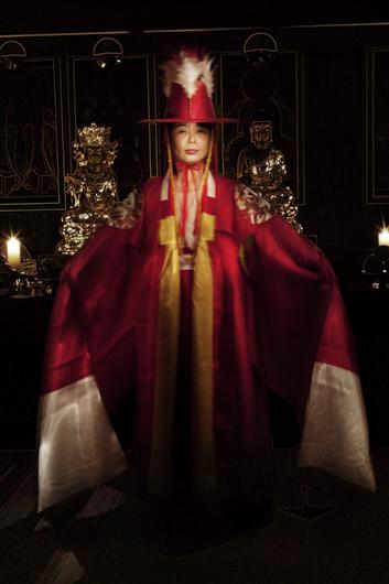 Les Dix Mille Esprits, Portrait d'une femme chamane en tenue rituelle lors d'un kut (rituel), Séoul, Corée du Sud © Flore-Aël Surun