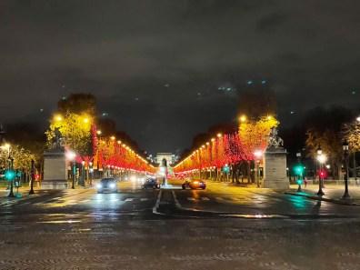 Champs-Élysées, rouge et or - iPhone 12 Pro Max, 65 mm, f/2,2, 1/25s, 1250 ISO