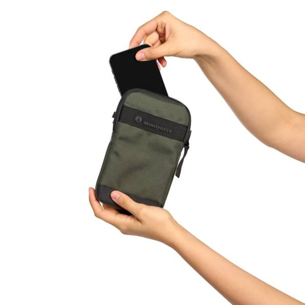 Manfrotto Street Smartphone Crossbody Pouch MB MS2 CB Inuse04