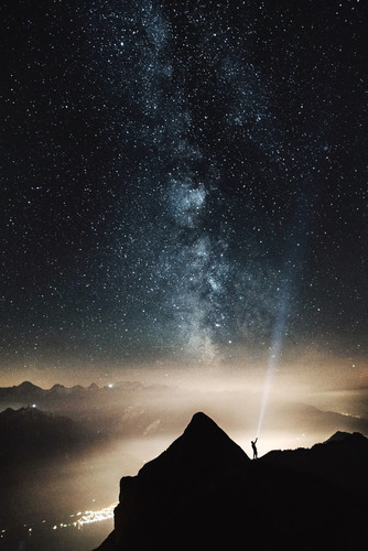 ciel etoile avec homme sur la montagne