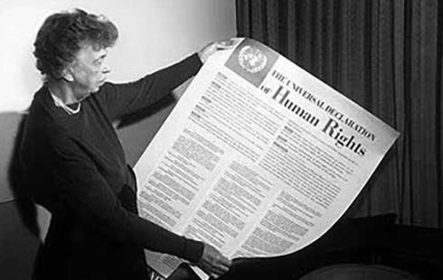 Eleanore Roosevelt mit der Allgemeinen Erklärung der Menschenrechte.