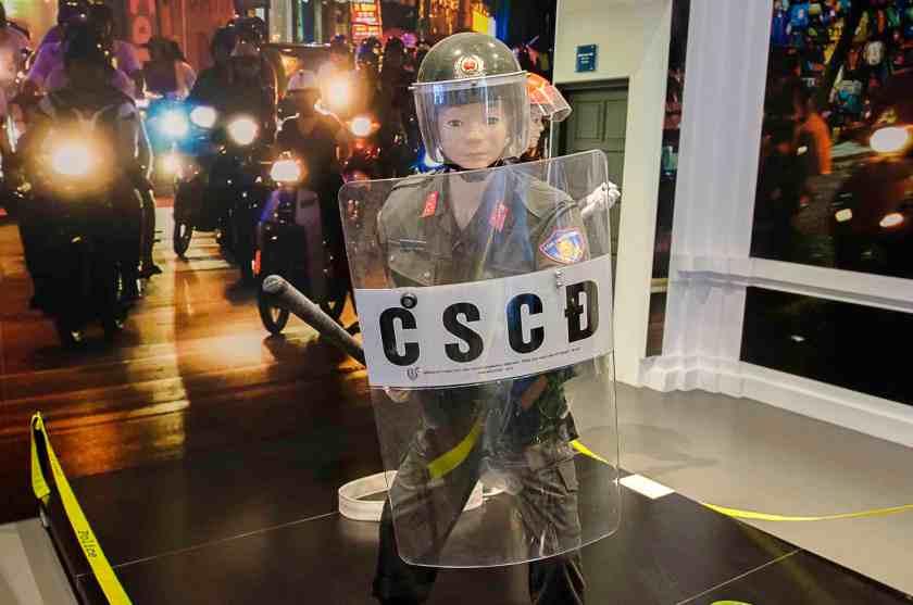"""Uniform der """"Mobilen Einheiten"""" in der vietnamesischen Polizei im Polizeimuseum von Hanoi."""