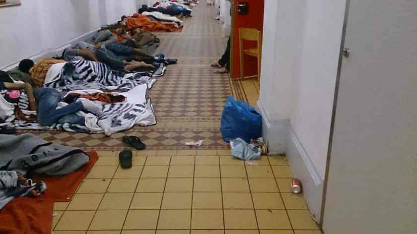 """""""Die gefilmten Flüchtlinge mussten nämlich nicht 'am Boden ausharren', weil wir sie vernachlässigten, sondern warteten auf dem Boden sitzend auf die Ausgabe des Mittagessens."""" Franz Schabhüttl, scheidender Traiskirchen-Chef."""