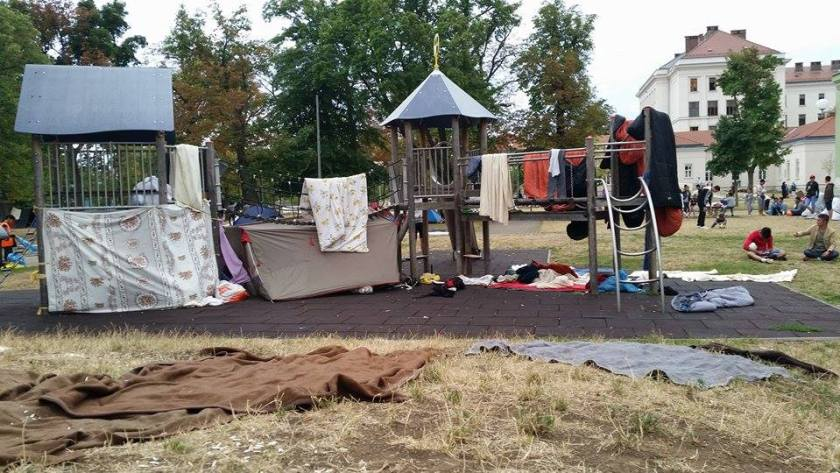 Die Volksanwaltschaft fand im Lager bei ihrer Visite im August 2015 1.588 unbegleitete minderjährige Flüchtlinge vor. Von diesen hatte die Hälfte kein Bett. Mängel gab es bei der Hygiene und der medizinischen Nachsorge. So habe man einen jungen nierenoperierten Mann mit aus seinem Körper heraushängendem Schlauch vorgefunden, dem erst nach Intervention des achtköpfigen Teams der Volksanwaltschaft geholfen wurde.