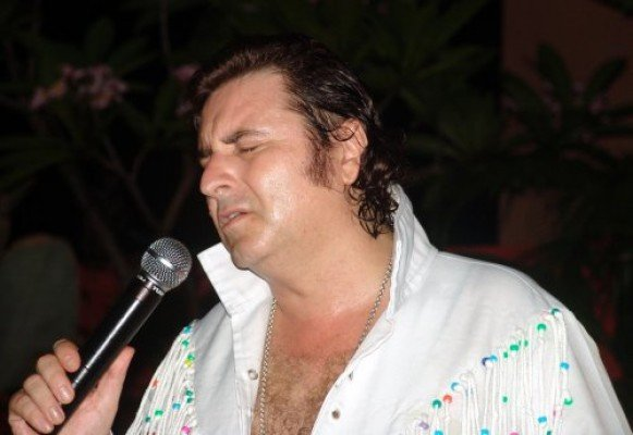 "Richie Newton Performs ""The King"" at The Bar Holiday Inn Patong"