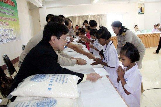 Phuket Kusoladharm Foundation gives scholarships to poor students