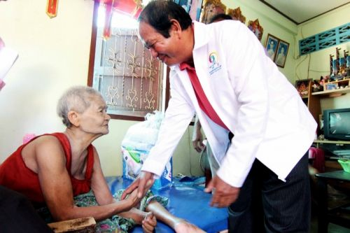 Phuket PAO visits patients of Karon Phuket Care Project
