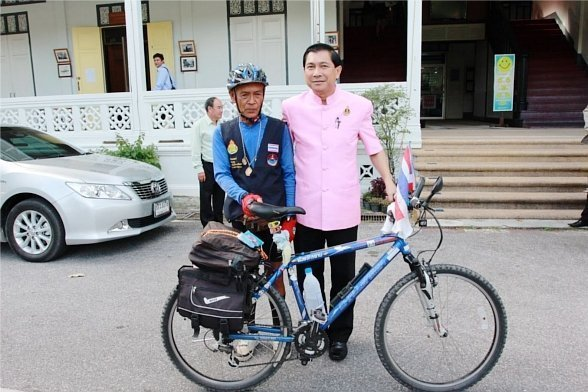 Retired teacher cycling for the King visits Phuket