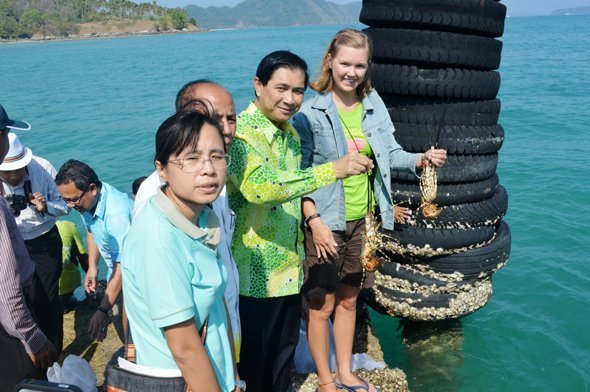 Phuket Governor releases lobsters at Rawai Port