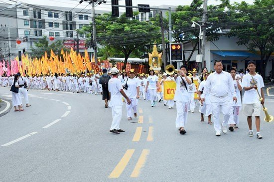 the street procession from Cherngtalay Shrine as it approached Laguna Phuket's offering station