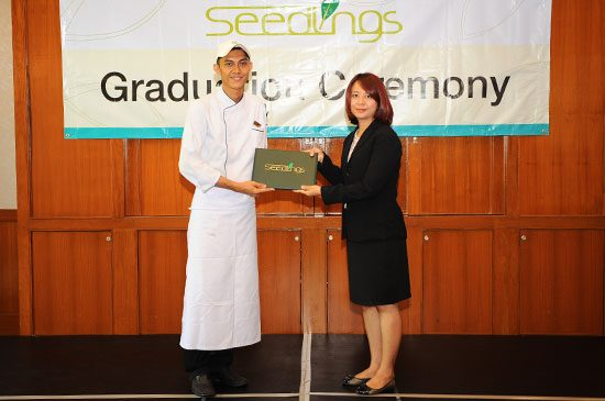 Dr. Tatiyaporn Jarumaneerat, Associate Dean for Administration and Research, Faculty of Hospital and Tourism, Prince of Songkla University, Phuket Campus presenting a certificate to Mr. Chanuwat Thongtem, one of the graduates.