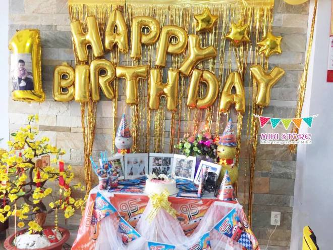 Decor sinh nhat be trai voi set ban tiec Mcqueen Car va tuong bong chu happy birthday tong vang gold