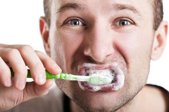 Cepillarse los dientes con más fuerza no es mejor | Odontología de la familia Phan | Blog de odontología