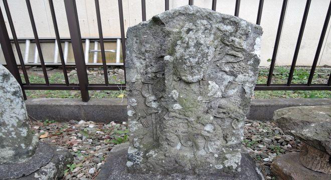 青木宗義の銘が彫られた石仏