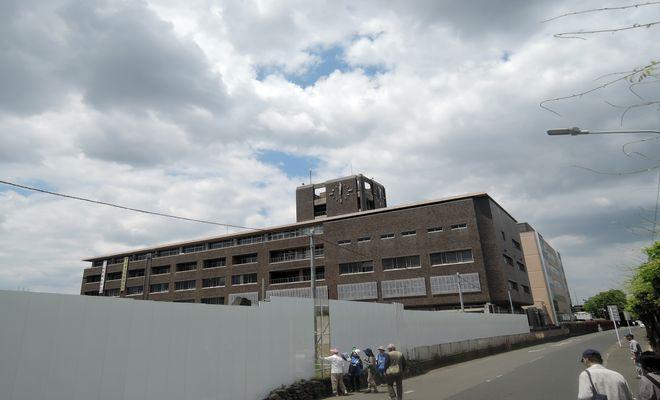 庁舎解体工事中の越谷市役所