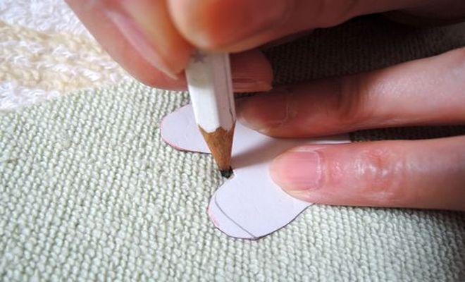 型紙(顔の部分)に沿って鉛筆で線を引く