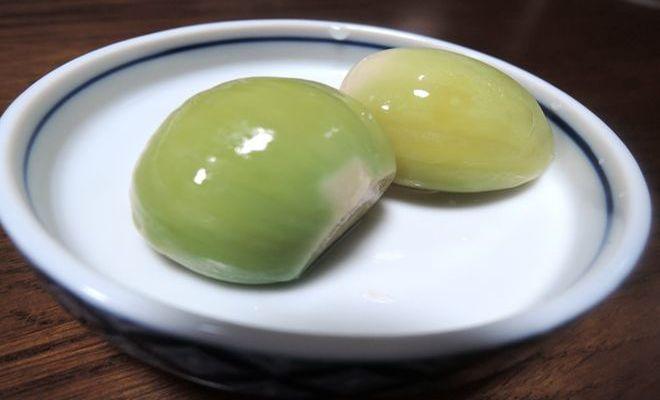 緑色に変色した甘酢ニンニク