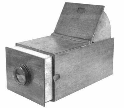https://i1.wp.com/physics.kenyon.edu/EarlyApparatus/Optics/Camera_Obscura/Camera_Obscura2.JPG