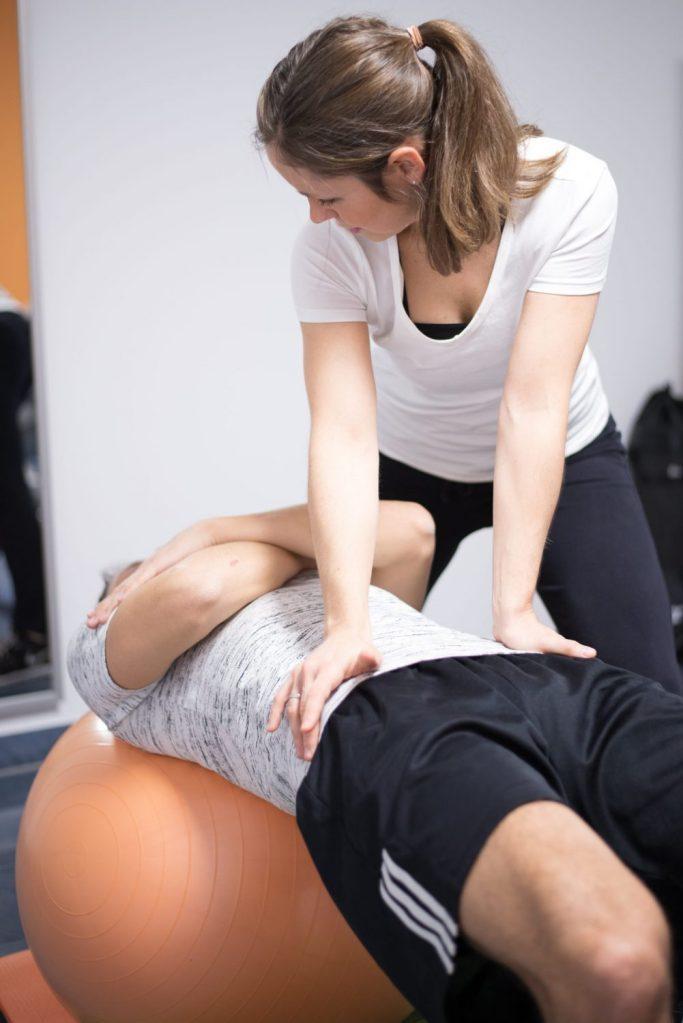 Krankengymnastik (KG) Physiotherapie zur Rumpfstabilisation auf Pezziball in Emsdetten in der Praxis Physiotherapie Mundus.