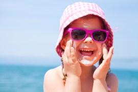 Kinder Haut muss man in der Sonne mit Creme schützen