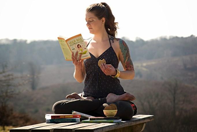 Donna che legge in una posizione yoga