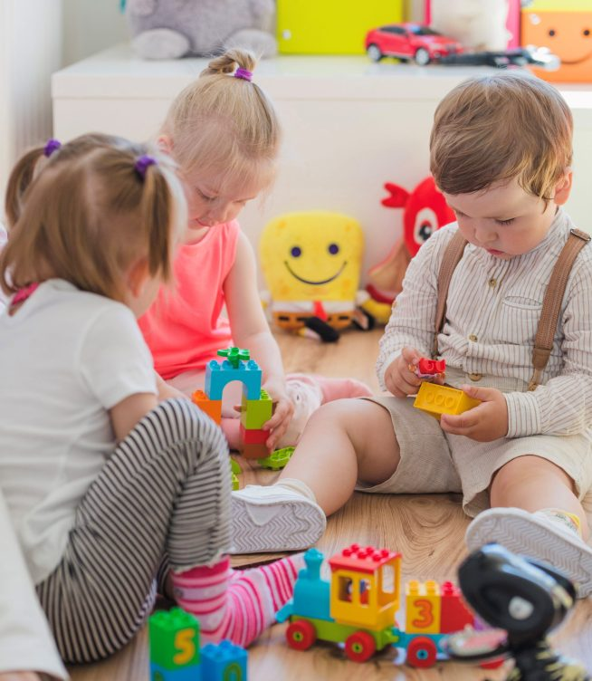 3 bambini giocano all'asilo nido