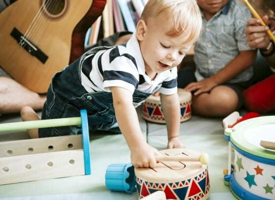 Un bambino mentre fa musicoterapia