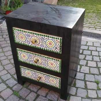 Comodino con cassetti decorati a mosaico