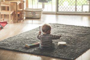 enfant joue et s'éveille à la  musique