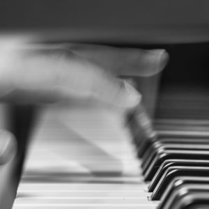 mouvement de doigts rapides d'un pianiste