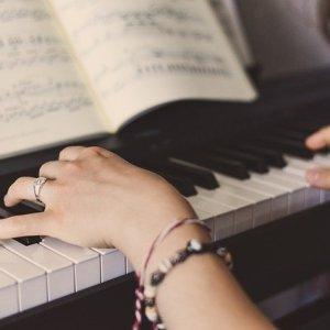 apprendre le piano sans solfège - partition au piano