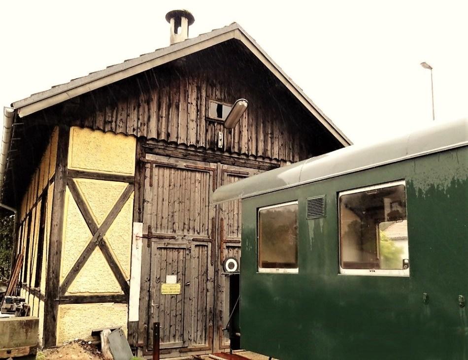 Lokschuppen und Heizhaus Ybbsitz drinnen wird derzeit ein Waggon vom Club 598 instand gesetzt